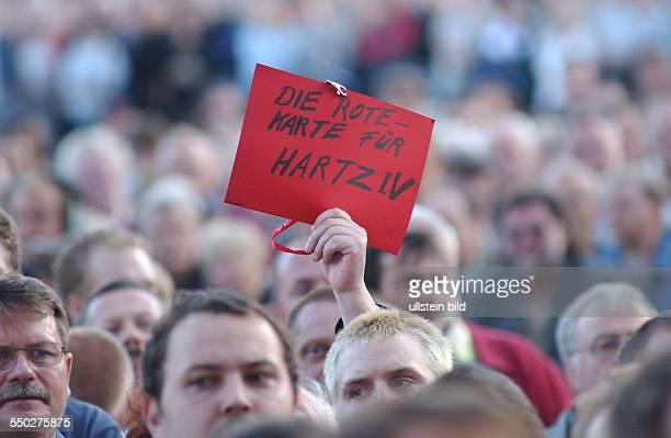 Demonstranten zeigen die Hartz IV die Rote Karte auf der Leipziger Montagsdemonstration gegen die geplante Arbeitsmarktrefor Hartz IV