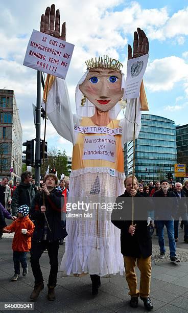 Demonstranten ziehen anlässlich des bundesweiten Aktiontag gegen das Freihandelsabkommen TTIP durch Berlin