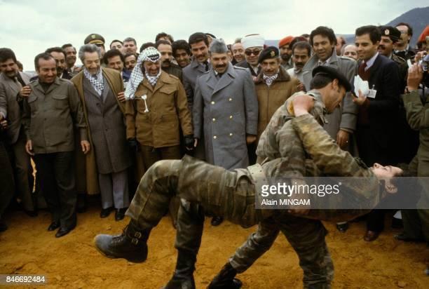 Demonstration de combattants de l'OLP dans un camp palestinien en presence de Yasser Arafat Abou Jihad a l'extremegauche et Mohamed Cherif Messaadia...