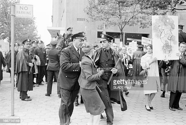 Demonstration In New York Against The Coming Of Nikita Khrushchev EtatsUnis New York 21 septembre 1960 Alors que le Président du Conseil des...