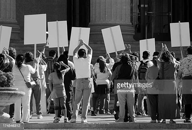 Demostración. Protesta multitud con las indicaciones.
