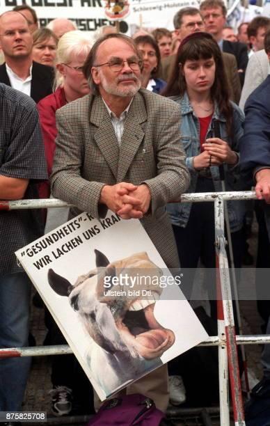 Demonstration von Ärzten und Angestellten aus Heil und Pflegeberufen gegen die Demonstrationsteilnehmer mit einem Schild 'GesundheitsReform Wir...