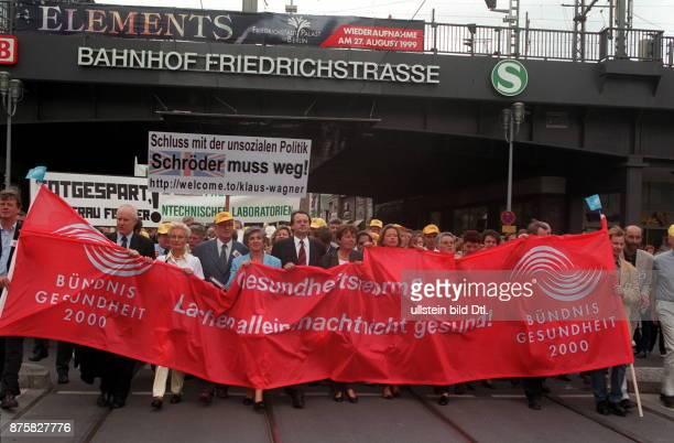 Demonstration von Ärzten und Angestellten aus Heil und Pflegeberufen gegen die Demonstrationsteilnehmer mit Transparenten 'Gesundheitsreform Lachen...