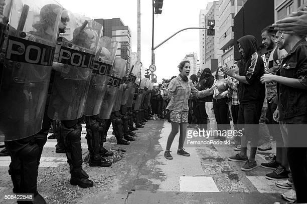 Manifestantes e policial