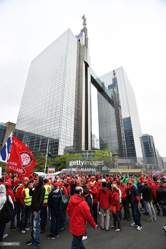Demonstrators gather at the Brussels Noordstation-Gare du Nord for a national protest on May 24, 2016, in Brussels. Belgian trade unions called for mass protests against the centre-right government's proposed work reforms as they plan rallies and strikes over the next few months. / AFP / Belga / ERIC LALMAND / Belgium OUT