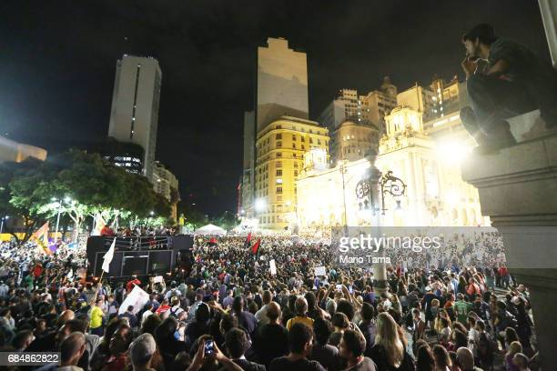 Demonstrators gather during an antiTemer protest on May 18 2017 in Rio de Janeiro Brazil Thousands of protestors hit the streets of Rio in the...