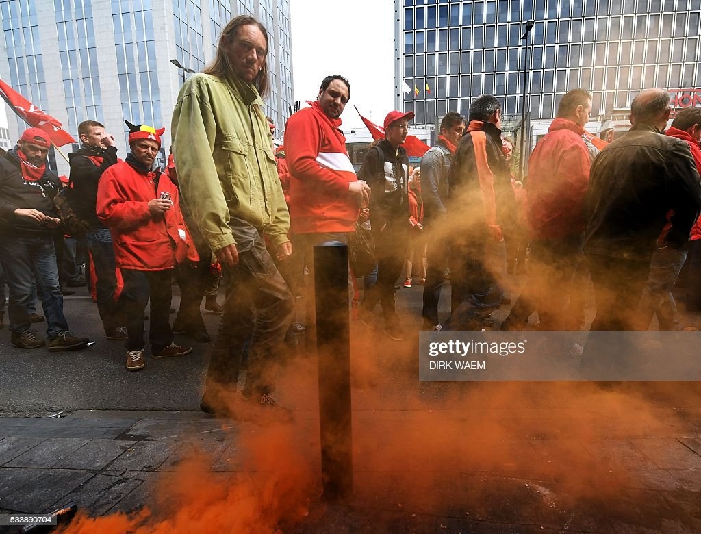 Demonstrators gather for a national protest on May 24, 2016, in Brussels. Belgian trade unions called for mass protests against the centre-right government's proposed work reforms as they plan rallies and strikes over the next few months. / AFP / Belga / DIRK WAEM / Belgium OUT