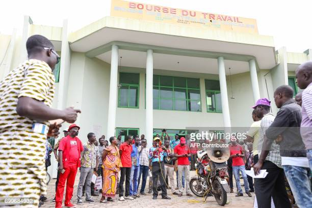 Demonstrators gather on June 22 2017 in front of the labour exchange in Cotonou during a protest against bad governance / AFP PHOTO / Yanick Folly