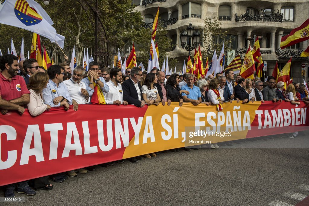 Demonstrators hold a large banner reading 'Catalunya Si, Espana Tambien' or 'Catalunya Yes, Spain Also' in support of Spanish unity during a march on Spain's National Day in Barcelona, Spain, on Thursday, Oct. 12, 2017. Prime MinisterMariano Rajoygave his Catalan antagonist Carles Puigdemont five days to clarify whether he has declared independence from Spain or not as the country prepared for its national holiday on Thursday. Photographer: Angel Garcia/Bloomberg via Getty Images