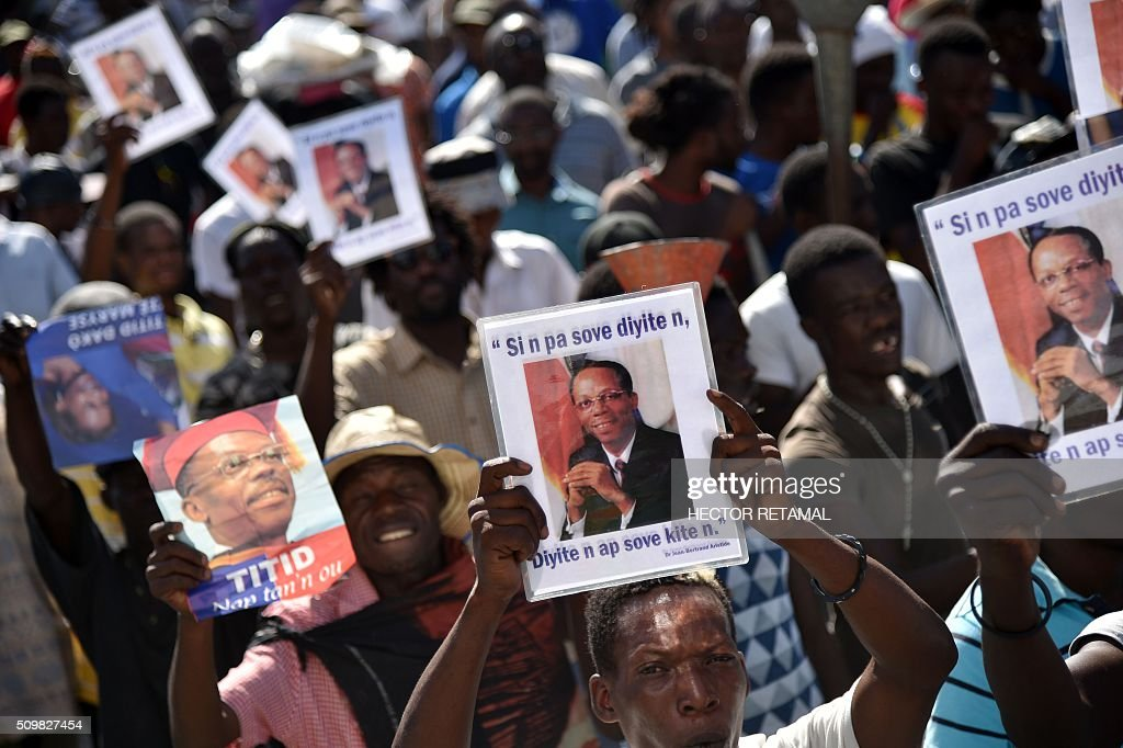 Demonstrators of opposition political parties march in Port-au-Prince, on February 12, 2016, to ask for Jocelerme Privert, current president of thesenate, to take the provisional presidency of Haiti for a period of two years. Election for a provisonal president will be held on Saturday 13th by the National Assembly and installation is scheduled on Sunday 14th. / AFP / HECTOR RETAMAL