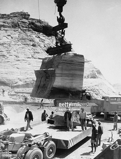 Demontage du premier bloc du sommet de la facade du grand temple d'Abou Simbel lors des travaux de sauvetage sous le controle de l'UNESCO le 4...