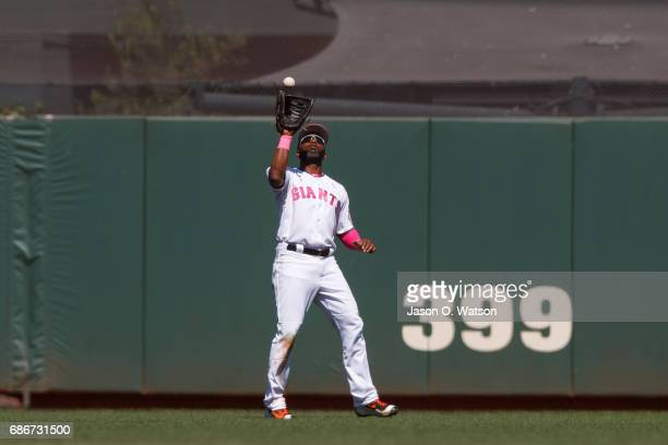 Denard Span of the San Francisco Giants catches a fly ball against the Cincinnati Reds during the seventh inning at ATT Park on May 14 2017 in San...