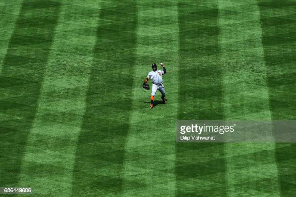 Denard Span of the San Francisco Giants finds a fly ball against the St Louis Cardinals in the sixth inning at Busch Stadium on May 21 2017 in St...