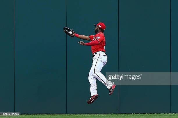 Denard Span of the Washington Nationals catches a fly ball hit by Joe Panik of the San Francisco Giants for the second out of the first inning during...
