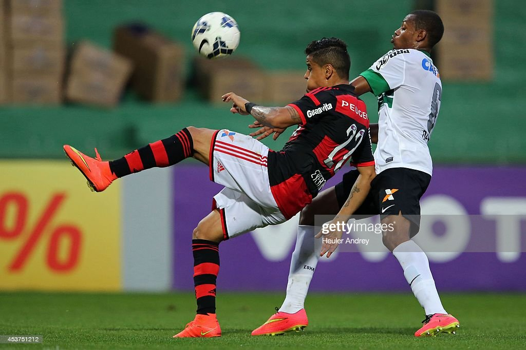 Dener of Coritiba competes for the ball with Everton of Flamengo during the match between Coritiba and Flamengo for the Brazilian Series A 2014 at Couto Pereira stadium on August 17, 2014 in Curitiba, Brazil.