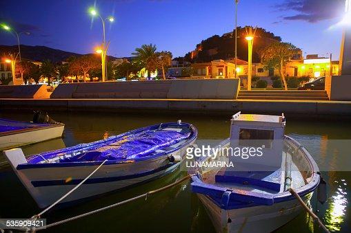 Denia Porta marina con llaut tradizionali barche al tramonto della notte : Foto stock