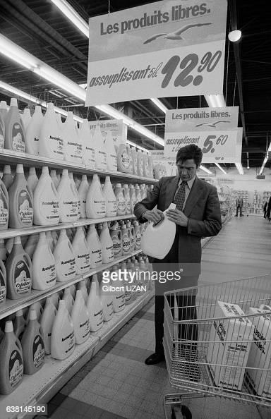Denis Deforrey directeur de Carrefour dans un rayon du 1er magasin du groupe lors du lancement des produits 'sans marque' à SavignysurOrge France le...