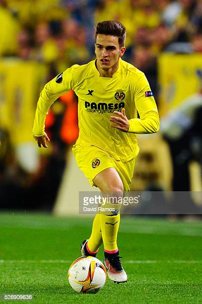 Denis Suarez of Villarreal CF runs with the ball during the UEFA Europa League semi final first leg match between Villarreal CF and Liverpool at...