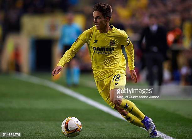 Denis Suarez of Villarreal in action during the UEFA Europa League Round of 16 first leg match between Villarreal and Bayer Leverkusen at El Madrigal...