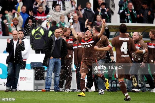 Deniz Naki of St Pauli and team mates celebrate after the Second Bundesliga match between SpVgg Greuther Fuerth and FC St Pauli at the Playmobil...