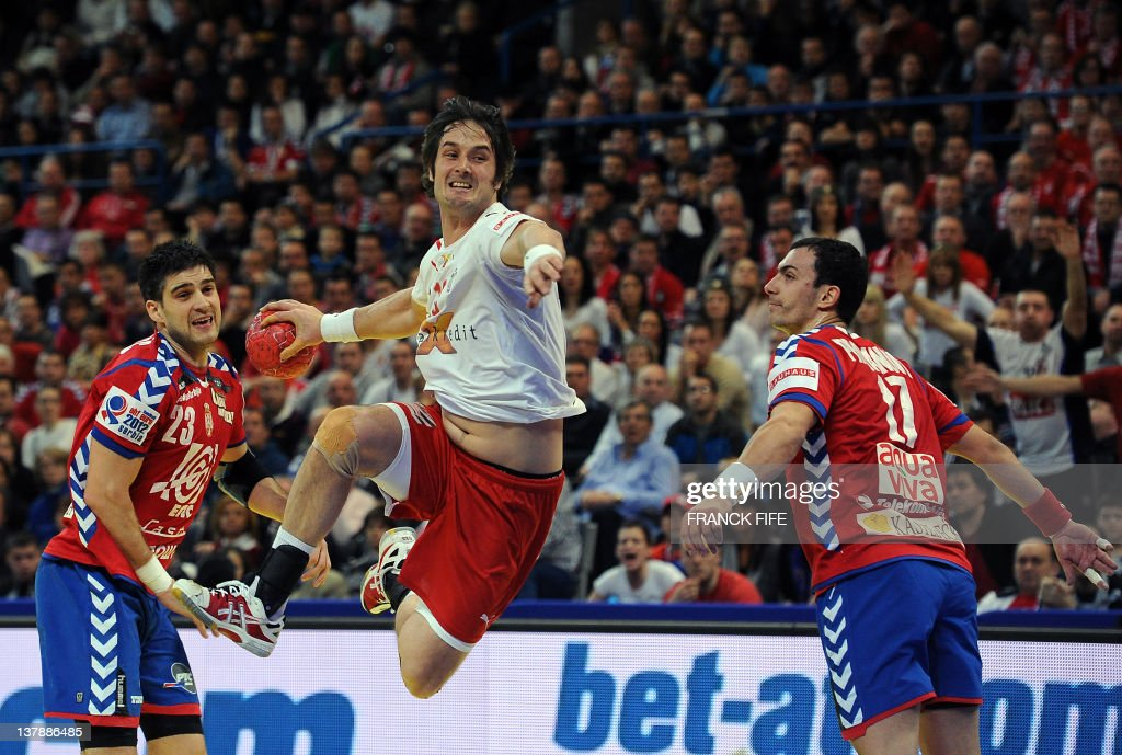 Denmark's Bo Spellerberg (C) jumps to score in front of Serbia's Nenad Vuckovic (L) and Rajko Prodanovic during the men's EHF Euro 2012 Handball Championship final Serbia vs Denmark on January 29, 2012 at the Beogradska Arena in Belgrade. AFP PHOTO / FRANCK FIFE