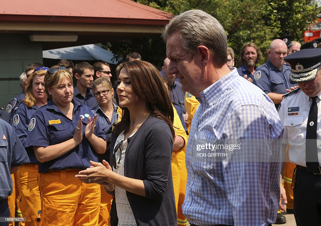 Denmark's Crown Princess Mary (C) and New South Wales state Premier Barry O'Farrell (R) arrive to meet volunteer firefighters at the Winmalee fire station, 85 kms west of Sydney on October 27, 2013. Mary and her husband, Denmark's Crown Princes Frederick, visited the station to thank firefighters for their work during the bush fires that started October 18, destroying more than 200 properties. Frederick and Mary are in Australia and to take part in the 40th birthday celebrations of the Sydney Opera House. AFP PHOTO / POOL / Rob Griffith
