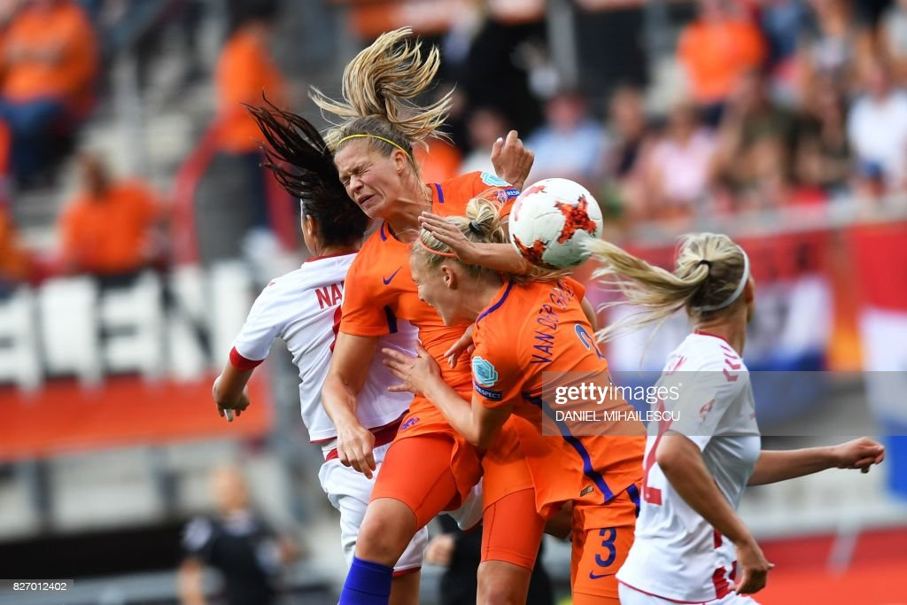 TOPSHOT - Denmark's forward Nadia Nadim (L) vies for the ball with Netherlands' defender Stephanie van der Gragt (2nd R) during the UEFA Womens Euro 2017 football tournament final match between Netherlands and Denmark at Fc Twente Stadium in Enschede on August 6, 2017. / AFP PHOTO / Daniel MIHAILESCU