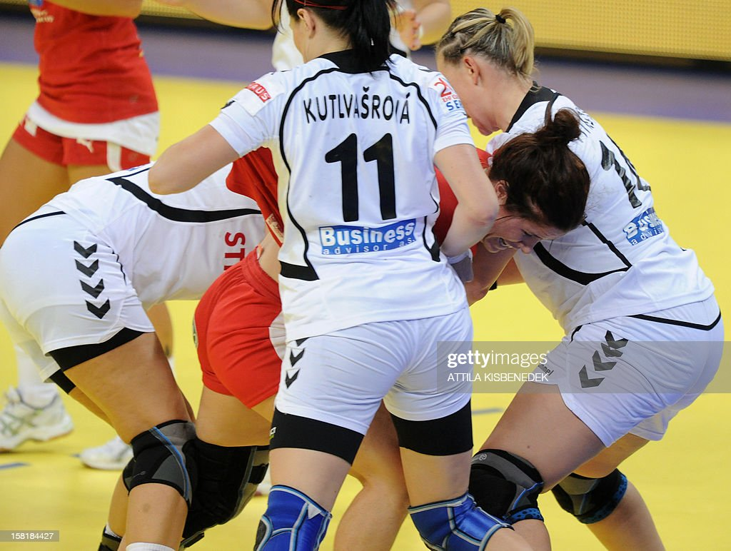 Denmark's pivot Mette Gravholt (C) fights for the ball with Czech defenders on December 10 , 2012 during a women's 2012 EHF European Handball Championship Group II match at the KOMBANK arena in Belgrade. KISBENEDEK