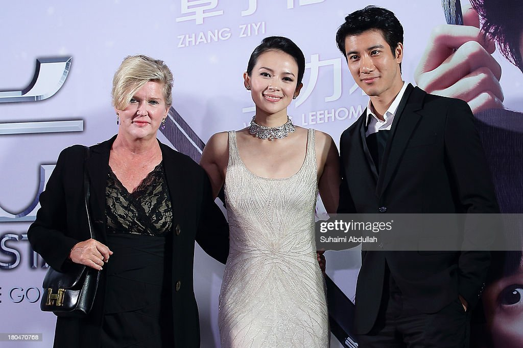 <a gi-track='captionPersonalityLinkClicked' href=/galleries/search?phrase=Dennie+Gordon&family=editorial&specificpeople=2747681 ng-click='$event.stopPropagation()'>Dennie Gordon</a>, Zhang Ziyi and Wang Lee Hom pose for a photo during the red carpet event of the gala premiere of 'My Lucky Star' at The Shoppes at Marina Bay Sands on September 13, 2013 in Singapore.