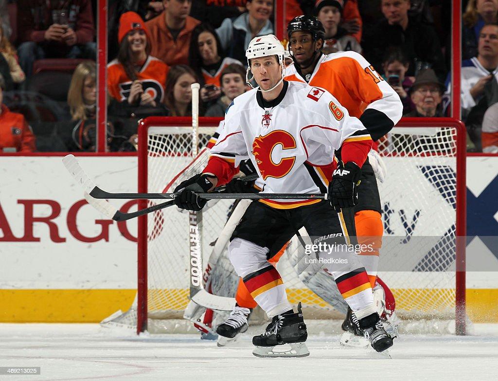 Dennis Wideman #6 of the Calgary Flames battles against Wayne Simmonds #17 of the Philadelphia Flyers on February 8, 2014 at the Wells Fargo Center in Philadelphia, Pennsylvania.