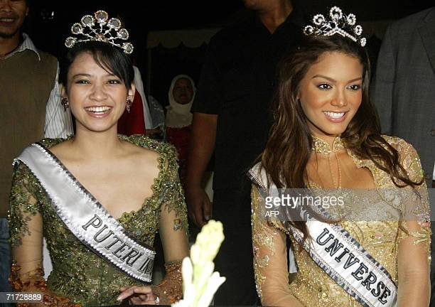 Miss Universe 2006 Zuleyka Rivera Mendoza and Miss Indonesia 2006 Agni Pratistha watch Balinese dancing in Denpasar on Bali island 27 August 2006...