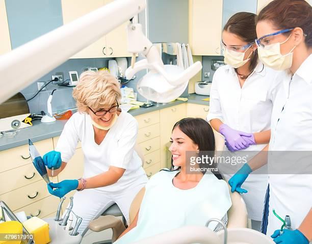 Dentista tenendo orthopantogram del paziente