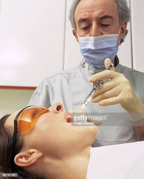 Zahnarzt Spritzen Frau Mund mit Spritze