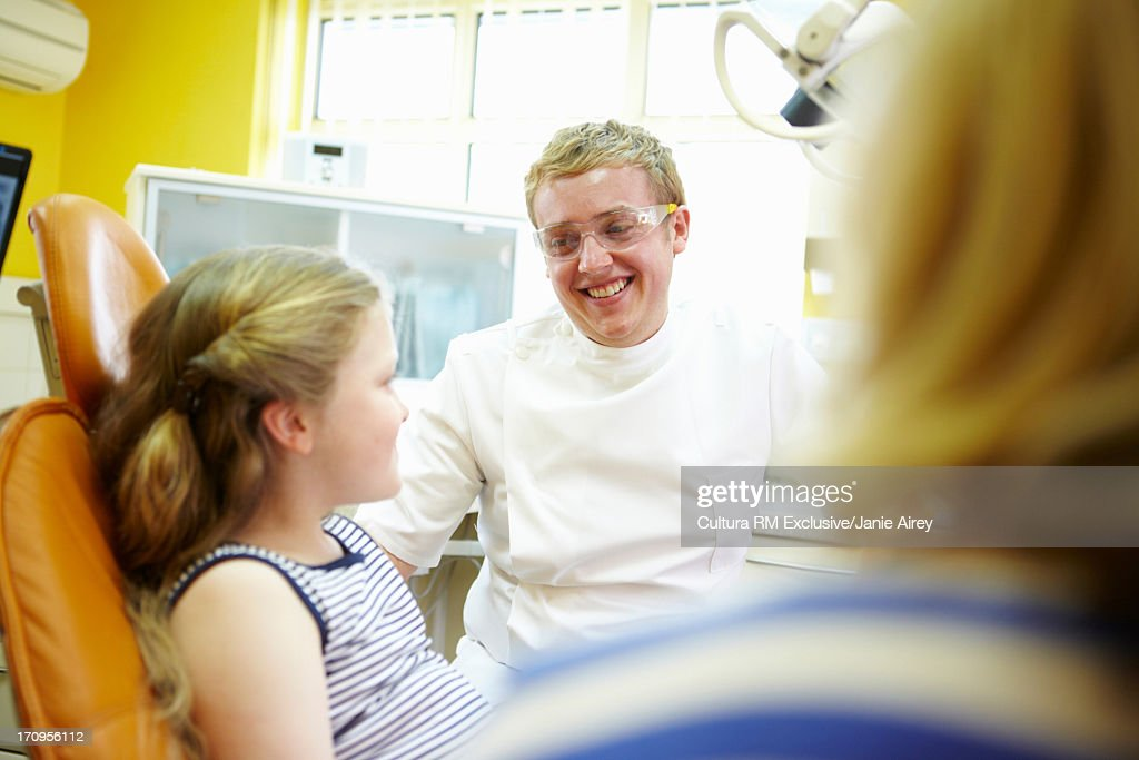 Dentist talking to girl : Stock Photo