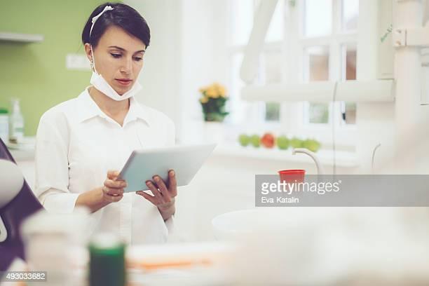 Dentista trabalhando em seu escritório