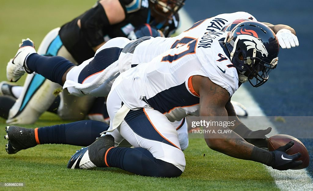 Denver Bronco Malik Jackson reaches for a lose ball in the end zone during Super Bowl 50 against the Carolina Panthers at Levi's Stadium in Santa Clara, California, on February 7, 2016. / AFP / TIMOTHY A. CLARY