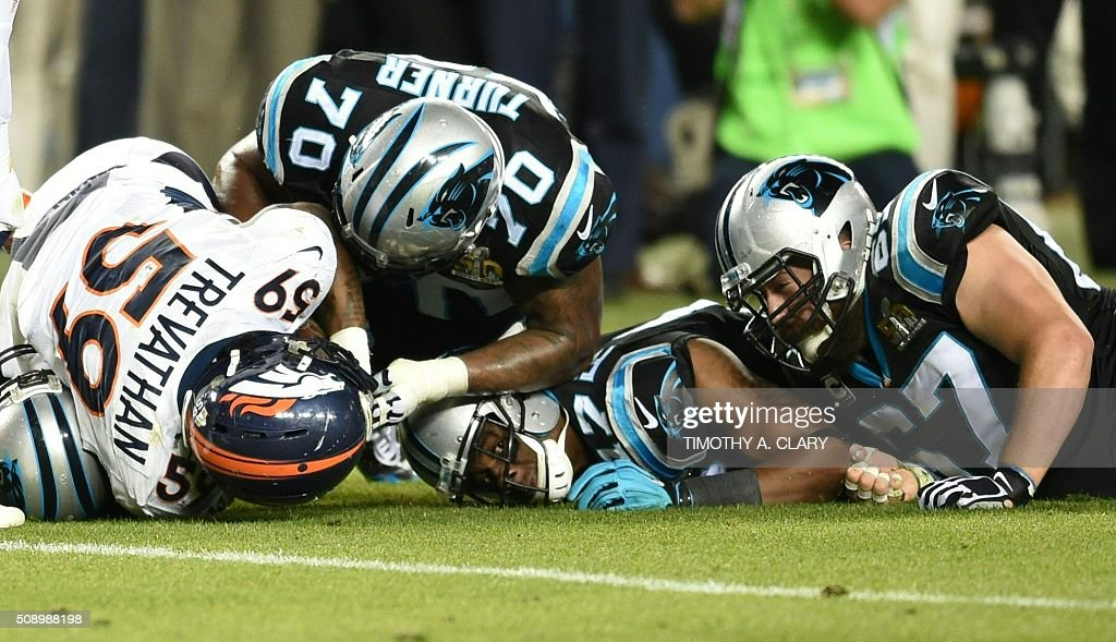 Denver Broncos and Carolina Panthers fight for the ball during Super Bowl 50 at Levi's Stadium in Santa Clara, California, on February 7, 2016. / AFP / TIMOTHY A. CLARY