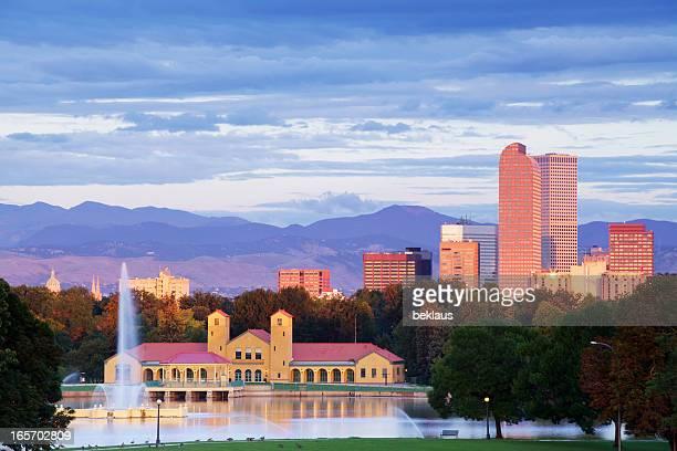 コロラド州デンバーの公園と街並みの日の出