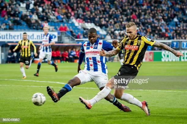 Denzel Dumfries of sc Heerenveen Alexander Buttner of Vitesse during the Dutch Eredivisie match between sc Heerenveen and Vitesse Arnhem at Abe...