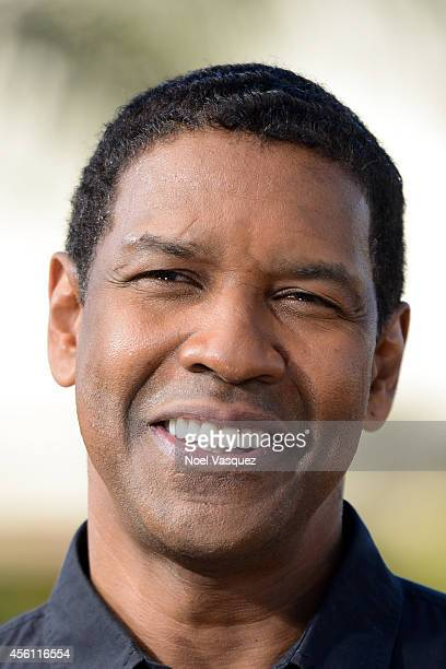 Denzel Washington visits 'Extra' at Universal Studios Hollywood on September 25 2014 in Universal City California