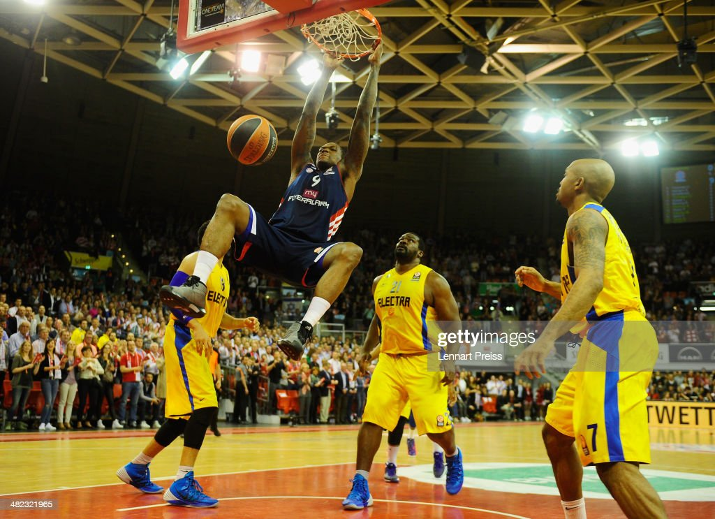 <a gi-track='captionPersonalityLinkClicked' href=/galleries/search?phrase=Deon+Thompson&family=editorial&specificpeople=4026290 ng-click='$event.stopPropagation()'>Deon Thompson</a> (2L) of Munich dunks a ball during the Turkish Airlines Euroleague Top 16 Round 13 Group F basketball match between FC Bayern Muenchen and Maccabi Electra Tel Aviv at Audi-Dome on April 3, 2014 in Munich, Germany.