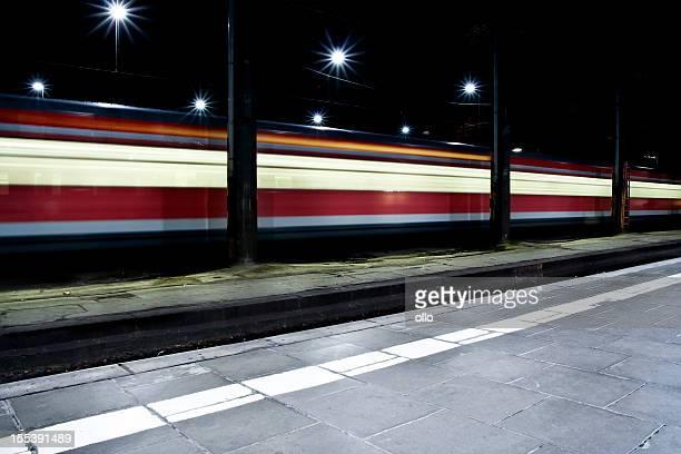 Fahren Sie mit der Bahn Bahnsteig