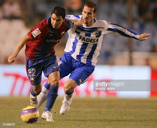 Deportivo Corunas Alberto Lopo vies with FC Barcelona's Argentinian Javier Saviola during their Spanish first League football match at the Riazor...