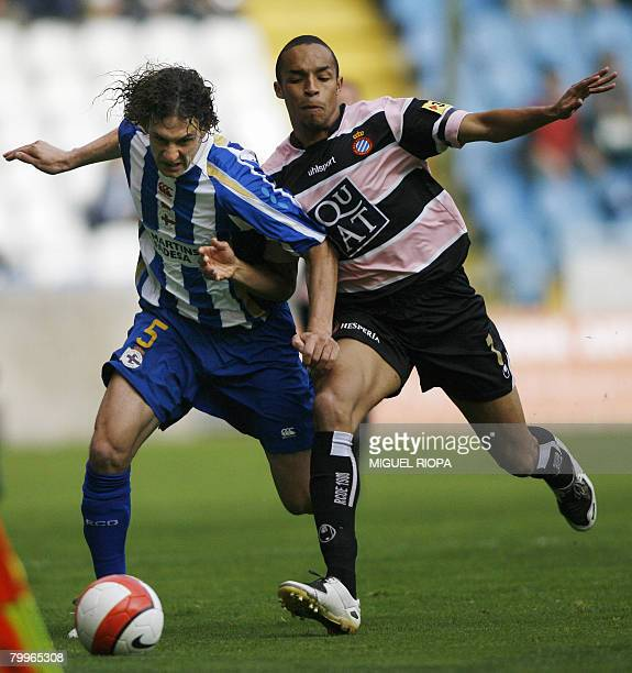 Deportivo Coruna's Argentinian Fabricio Coloccini vies with Espanyol's Valmiro Lopes'Valdo' during a Spanish league football match at the Riazor...