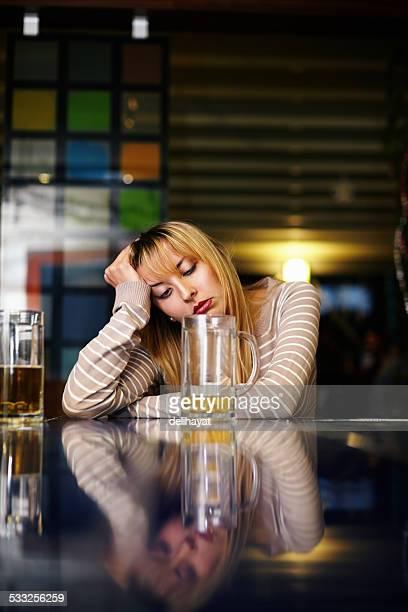 Ein deprimierter trinkt Frau