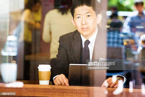 Vieillard déprimé japonais Homme d'affaires au café avec inquiétude est à l'avance