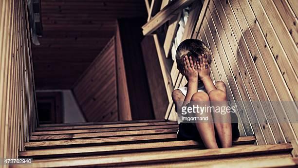 Ein deprimierter kleine Jungen Weinen.