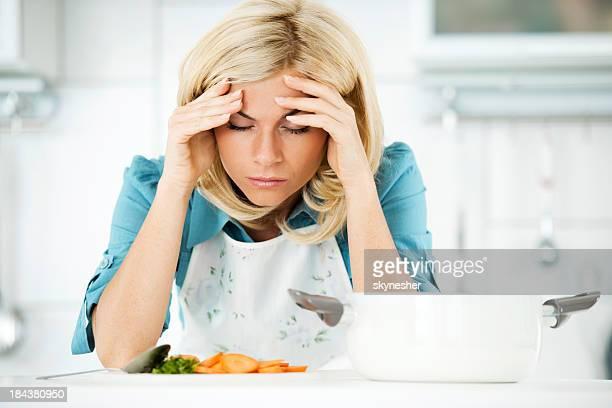 Ein deprimierter Frau müde die Zubereitung von Mahlzeiten.