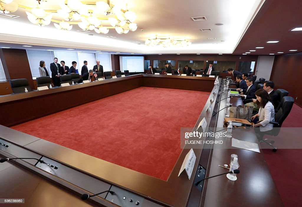 US deputy assistant secretary of state for Japan and Korea Sung Kim (L), director general of the Foreign Ministrys Asian and Oceanian Affairs Bureau Kimihiro Ishikane (C) and Special Representative for Korean Peninsula Peace and Security Affairs Kim Hong-kyun prepare for their meeting at the Japanese Foreign Ministry on June 1, 2016. / AFP / POOL / Eugene Hoshiko