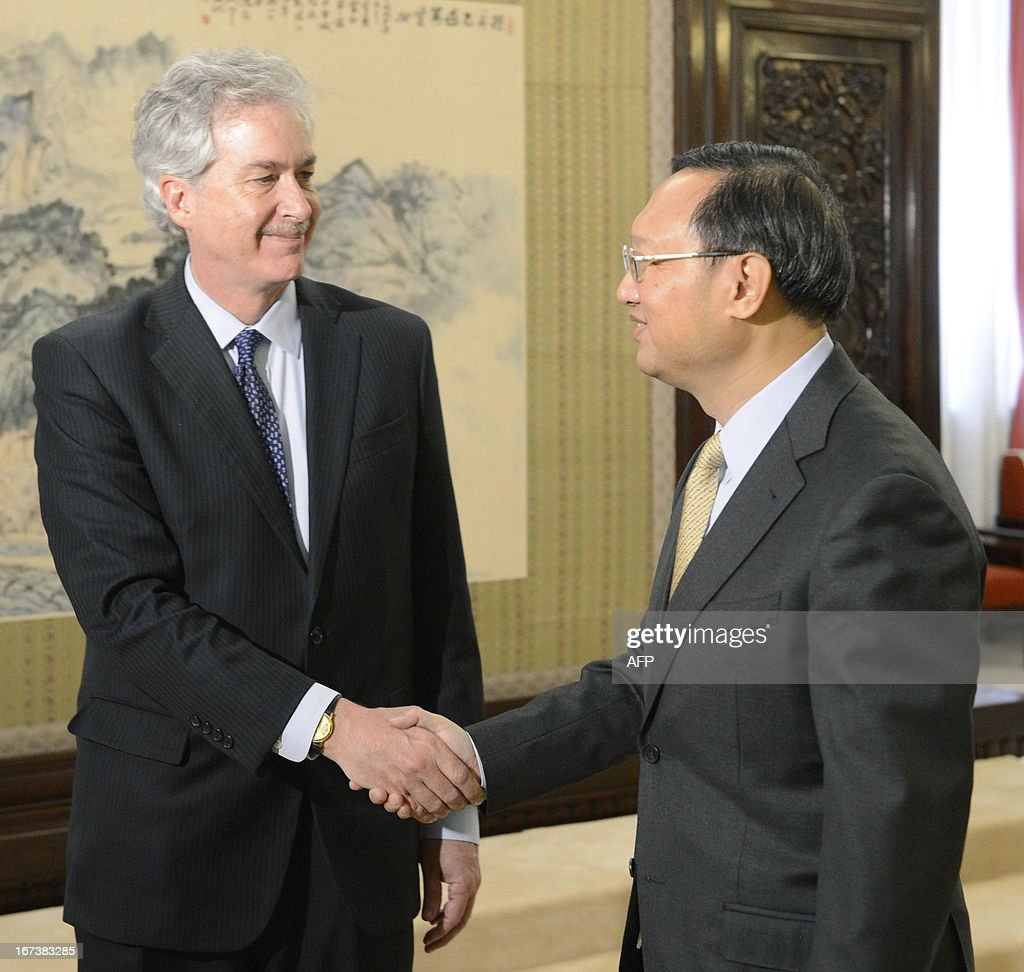 US deputy secretary of state William Burns (L) shakes hands with Chinese state councilor Yang Jiechi during their meeting at the Zhongnanhai compound in Beijing on April 25, 2013. AFP PHOTO / POOL / YOHSUKE MIZUNO